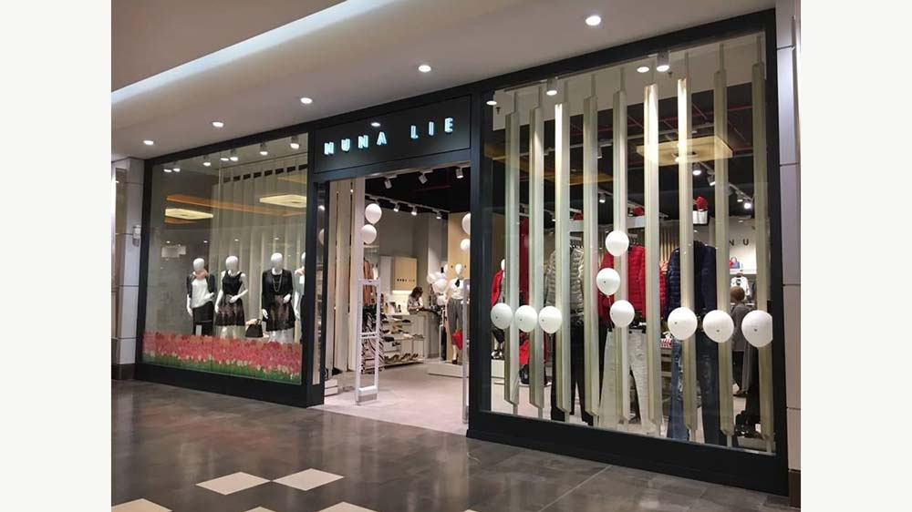 vetrofania-adesivio-negozio.abbigliamento-roma